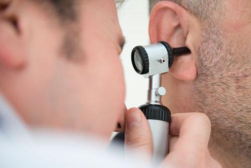 معاینه گوش توسط متخصص گوش و حلق و بینی